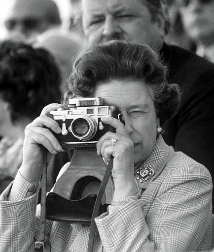 The-Queen-with-a-Leica